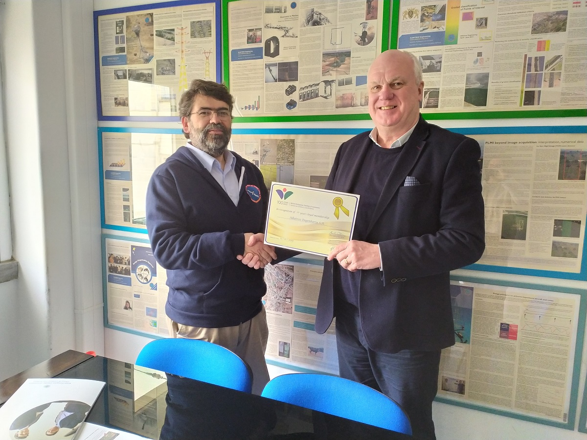 Chris Barton, CEO of the BPCC presenting Engº. João Gomes with their 10 years Member Certificate