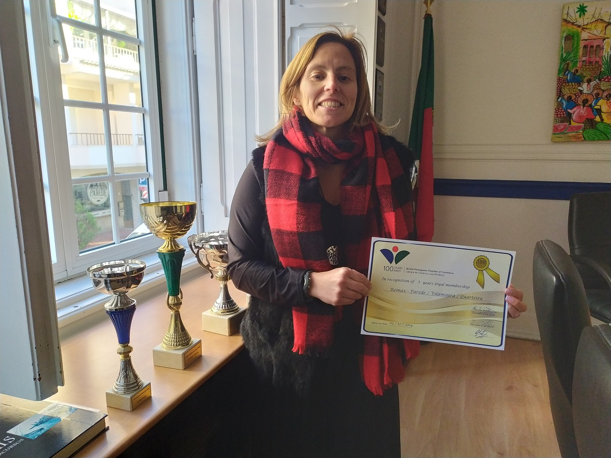 Drª. Filipa Figueiredo of Remax with her 5 year Member Certificate