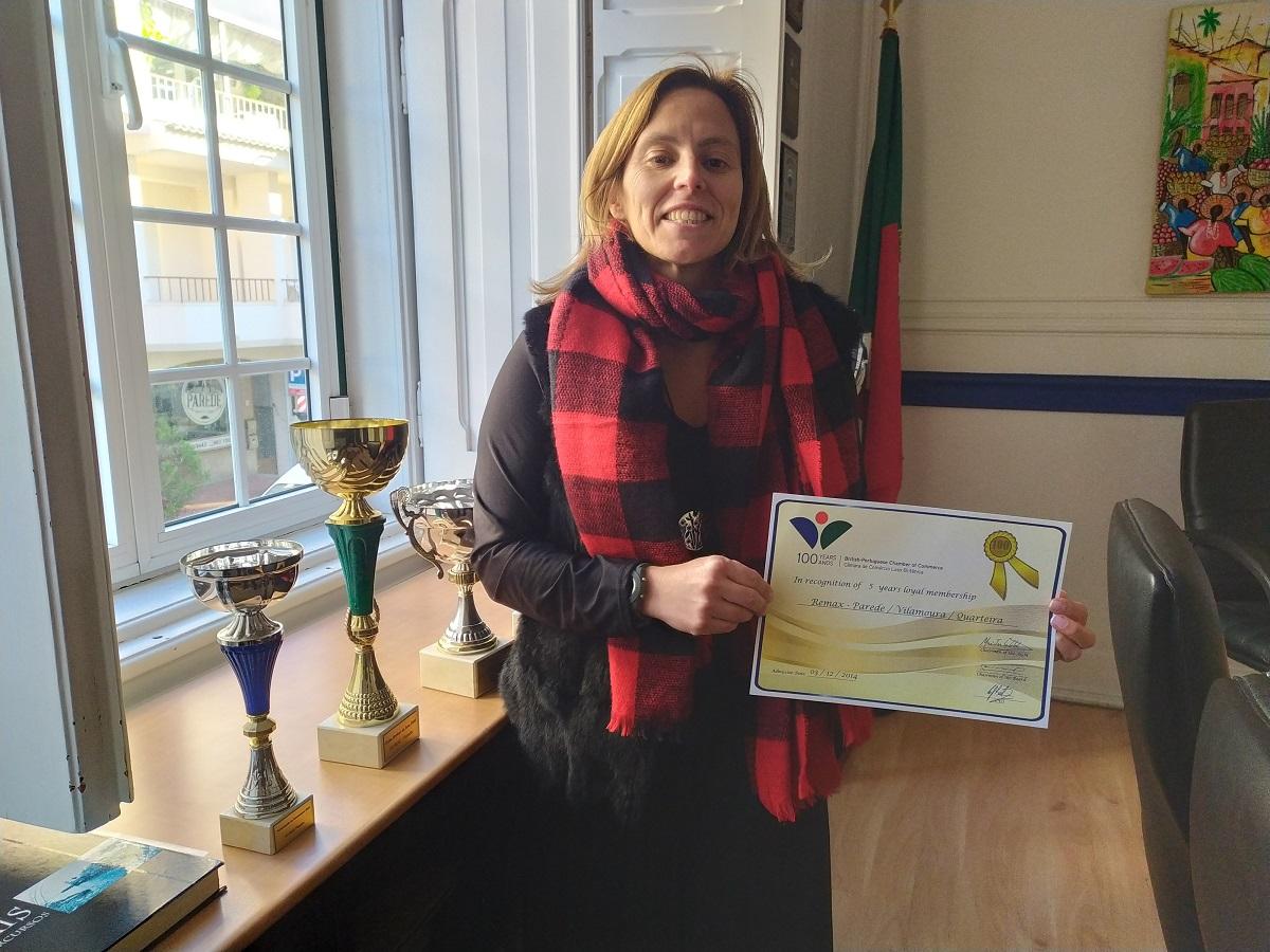 Drª. Filipa Figueiredo da Remax com o certificado de  5 anos de associado.